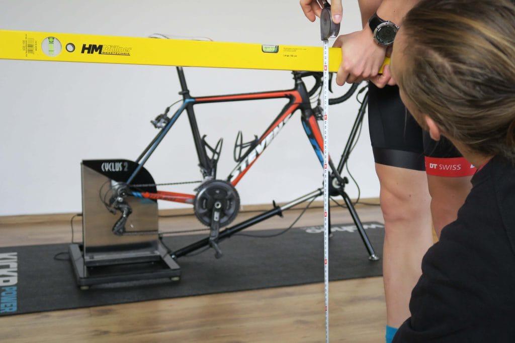 Schrittlänge messen beim Einstellen der Rennrad Sitzposition
